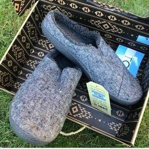 Toms Berkeley gray skin slippers house shoes sz 8